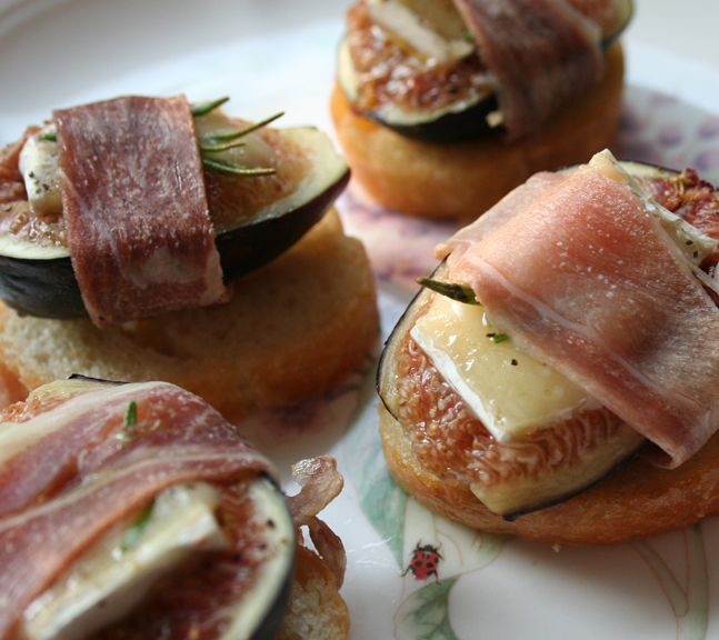 Fig proscuito crostini